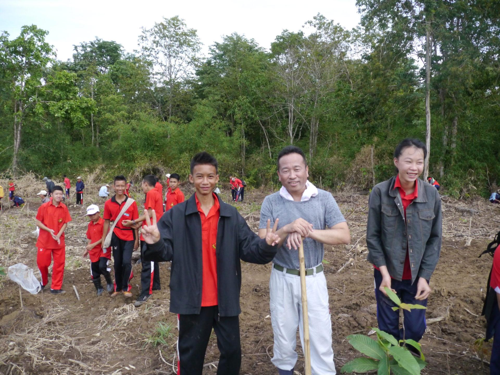 村の子供たちと果樹を植樹