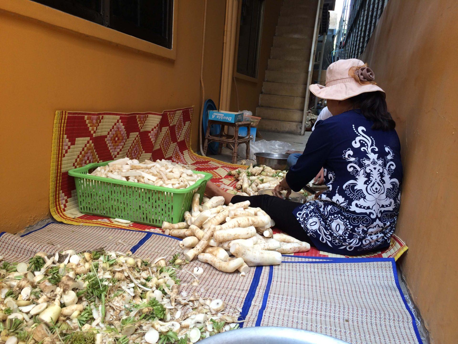 朝一で野菜の販売を行いました