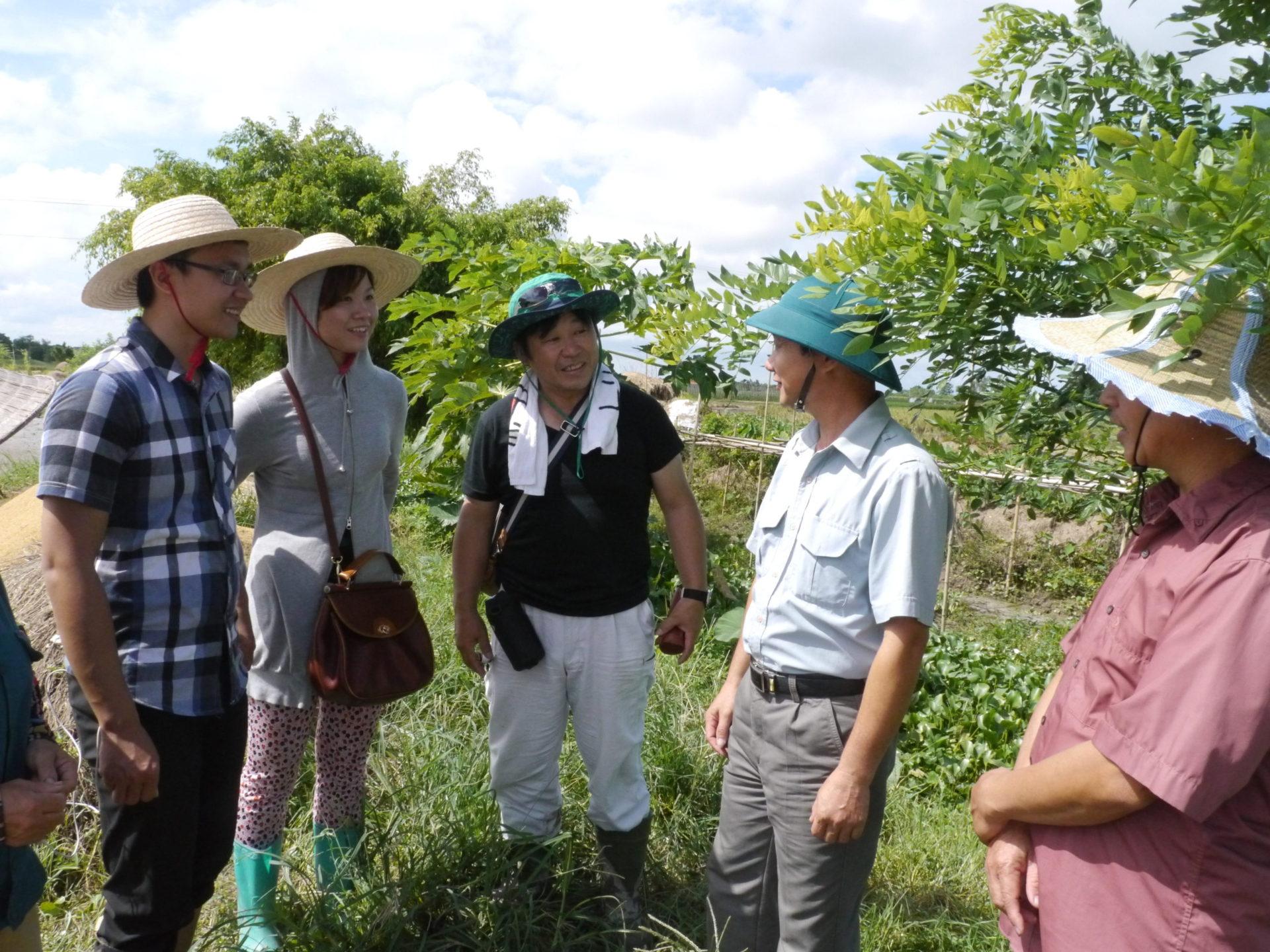 畑の様子を見て、農家と意見交換をしました