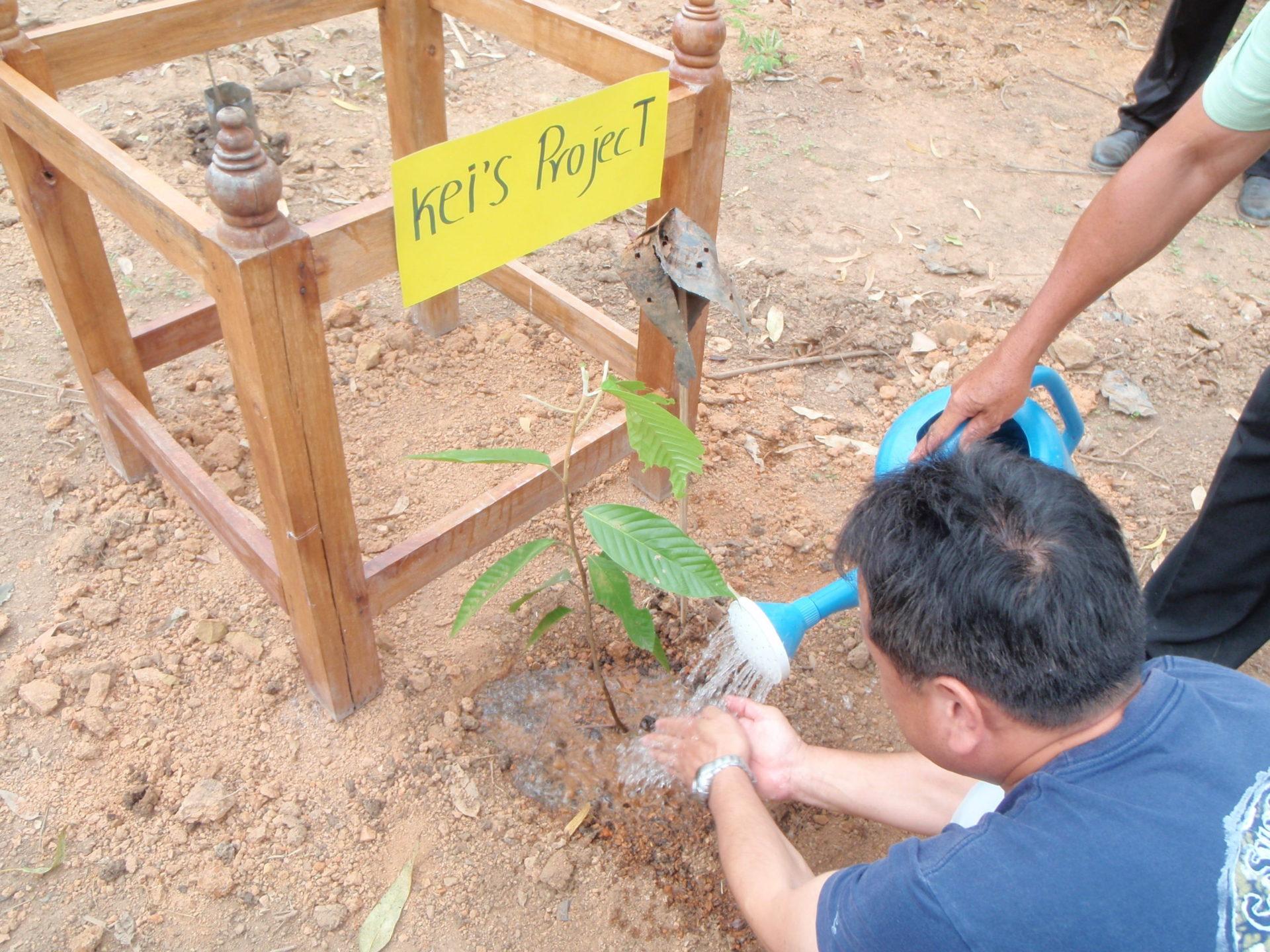 タイ森林局の協力を得て地元の方々と植樹